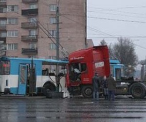 На Ленинском проспекте произошла авария с участием фуры и троллейбуса