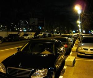 Депутаты предложили отменить действие знаков, которые запрещают парковаться в выходные и ночью