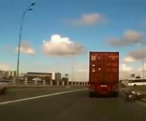 Велосипедист упал под колеса грузовика и чудом остался жив
