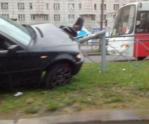 На проспекте Художников BMW врезался в светофор