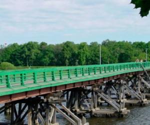 В Санкт-Петербурге в опору моста врезался катер, пострадали женщина и ребенок