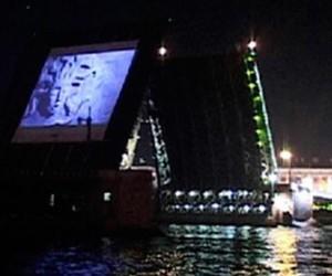Ночью дворцовый мост превратился в огромный экран