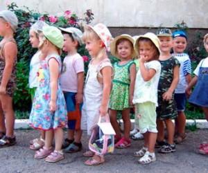 Дети стоят в очередях в детские сады