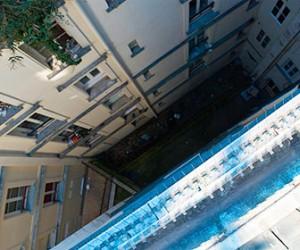 В Приморском районе человек выпал из окна