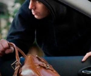 Неизвестные похитили тридцать шесть тысяч евро из машины предпринимателя