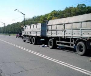 На проспекте металлистов грузовик протащил молодую девушку