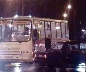 На перекрестке Полюстровского и Пискаревского проспекта маршрутка влетела в легковушку