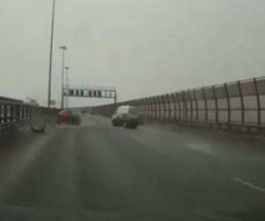 Горе-водитель на КАД-е врезался в указатель
