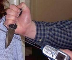 В центре города студентку ограбили и попытались ее изнасиловать