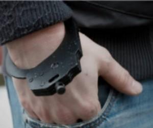 Пьяный хулиган чуть ли не сломал полицейскому руку