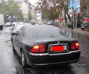 В Невском районе города водитель с депутатским значком, который лишен прав, сбил девушку и протаранил четыре автомобиля