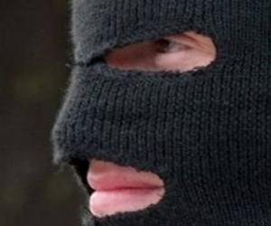 Полиция разыскивает развратника в маске