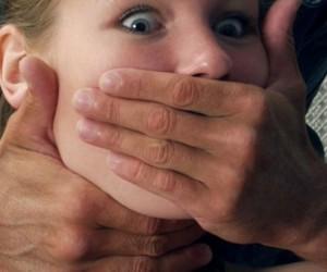 Неизвестные изнасиловали и обокрали администратора массажного салона на Кожевенной