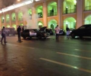 На углу Невского и Садовой после аварии загорелась машина