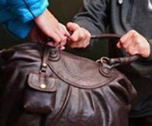 В Приморском районе грабитель отобрал сумку с крупной суммой денег у гражданки Китая