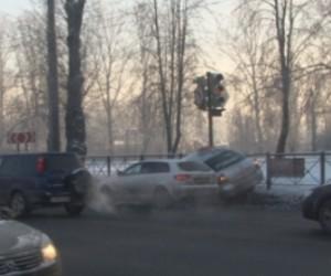 На пересечении Уманского переулка и шоссе Революции в ДТП попало такси