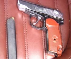 В Петербурге полицейский был вынужден применить оружие для того, чтобы усмирить хулиганов