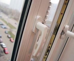 Из окна на студенческой улице выпал человек
