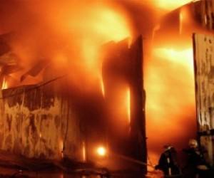 В Колпинском районе на мебельной фабрике тушат пожар