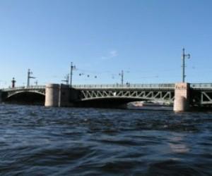 Фашистская бомба закрыла дворцовый мост