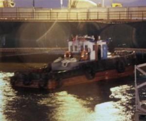 У Дворцового моста поднимают затонувший буксир