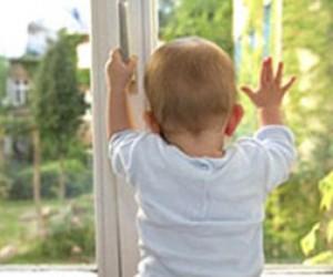Из окна дома выпала двухлетняя девочка
