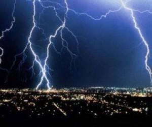 В Лужском районе от удара молнии погиб парень