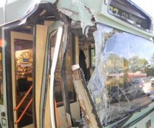 Автомобиль врезался в троллейбус