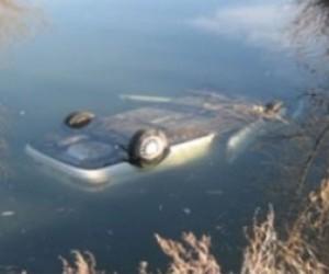 Тойота упала в реку