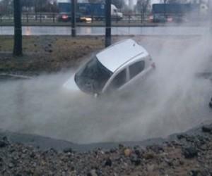 Машина провалилась в яму кипятка