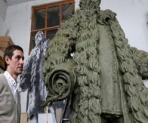 В центре установили  пятиметровый памятник Трезини
