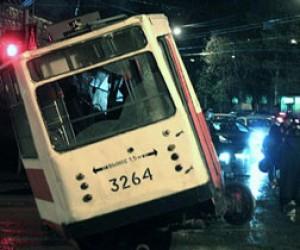 На Лесном проспекте трамвай сбили с рельс