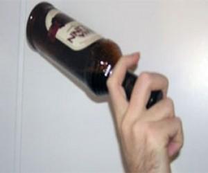 Алкоголик ударил продавщицу бутылкой по голове