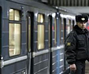 На рельсы метро упал человек