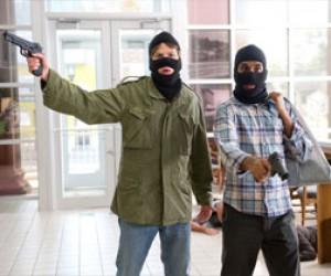 Вооруженные преступники похитили из магазина 550 тысяч рублей