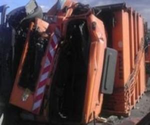 Питерский мусоровоз упал на Шкоду