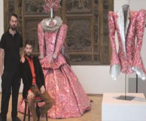 Выставка платьев из старых газет и алюминия