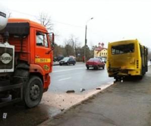 Из-за столкновения бетономешалки с маршруткой пострадали четыре человека