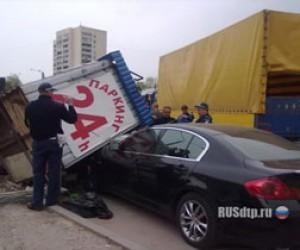 В Пушкинском районе Volvo не заметил будку