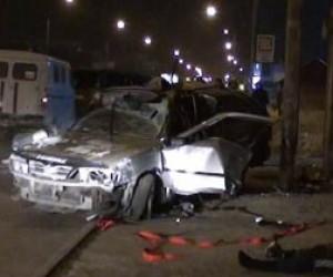 «Ниссан» врезался в фонарь: пострадало три человека