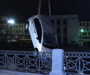 «Тойота» упала в Мойку