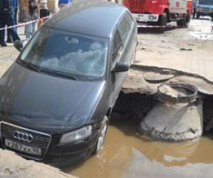 В Питере автомобиль упал в яму