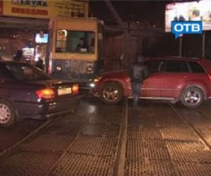 Внедорожник сбил девочку на трамвайных путях