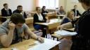 Петербургские школьники пользуются мобильниками во время ЕГЭ