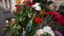 Питерцы продолжают нести цветы к консульству Нидерландов