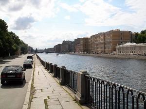 В Санкт-Петербурге легковой автомобиль упал в Фонтанку