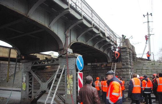 Водитель грузового автомобиля въехал в опору моста