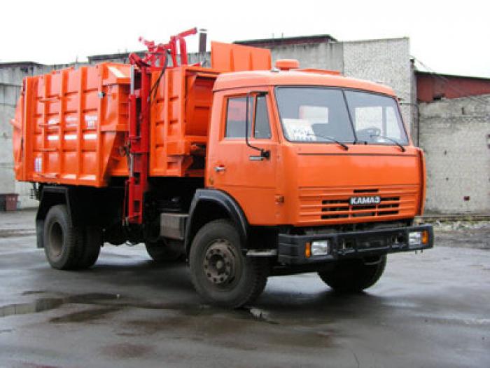 В Санкт-Петербурге перевернулся мусоровоз
