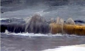 На Пискаревском проспекте прорвало трубу с водой