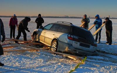 Под Петербургом две иномарки оказались в ледяном плену